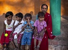 BADAMI: AVEC LES ENFANTS (pierre.arnoldi) Tags: inde india pierrearnoldi photographequébécois canon6d tamron photoderue photooriginale photocouleur photodevoyage portraitdefemme portraitsderue portraitdenfant