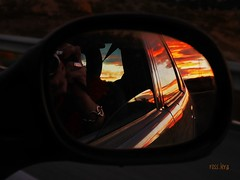 Fotografiando el alma de nuestro universo (rosslera) Tags: panasonic lumix rojo fotografía retrovisor carretera coche color atardecer sol luz