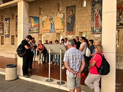3 - Zarándokok az Angyali üdvözlet temploma udvarán / Pútnici na dvore Baziliky Zvestovania