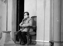 En otro mundo (no sabemos cómo llamarnos) Tags: street streetphotography urbanphotography urban fotourbana fotocallejera photoderue iglesia église church blancoynegro blackandwhite noiretblanc meditation mujer femme woman