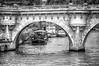 (821/17) Bajo los puentes del Sena BN (Pablo Arias) Tags: pabloarias raúlarias photoshop photomatix capturenxd arquitectura puente bote barco edificio gente arco agua sena paris francia