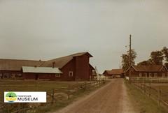 tm_1265 (Tidaholms Museum) Tags: färgat positiv byggnad exteriör stuga grusväg gård 1999 tidaholm