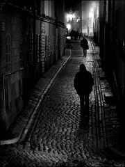Night walk (*Kicki*) Tags: stockholm sweden gamlastan oldtown ffp fotofikapromenad night street candid people silhouettes cobblestone alley alleyway 100mm prästgatan city streetlight pedestrian