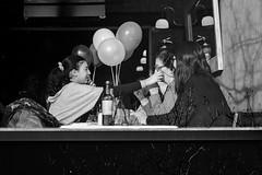 aniversário (renanluna) Tags: pessoas people monocromia monochromatic pretoebranco blackandwhite pb bw buenosaires argentina ag fuji fujifilm fujifilmxt1 xt1 35mm fujinon35mmf14xfr fujinon renanluna aniversário birthday mulher woman criança child alão balloon