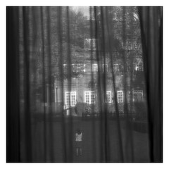 Apparition (objet introuvable) Tags: blackandwhite bw nb noiretblanc window fenêtre curtains rideau street streetview lumixgx8 light lumière panasonic lumix angleterre royaume uni england automne autumn monochrome
