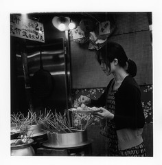 foodie (bamboolizer) Tags: hasselblad503cw carlzeiss80mmf28cft film ilforddelta3200 iso3200 highiso 120 rollfilm darkroomprinting development enlargement nightscene ilfordprintingpaper 顯影 放相 暗房 銀鹽 夜色 analog portrait bw blackandwhite monochrome food streetvender 台南 myfamily