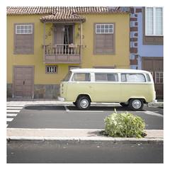 Parkplatz an der Sonne (memories-in-motion) Tags: lapalma tanzacorte t2 volkswagen vw bus farben color car automatotive mobility building city canon 5d tilt shift parking parkplatz