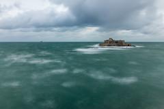 Marée haute (photosenvrac) Tags: ciel citadelle nuage ocean piquet poselongue saintmalo tempete vague