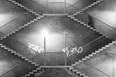 2017-11-08 (schauplatz) Tags: berlin bewegung city deutschland germany mensch nacht reisen schatten stadt strasenfotografie symmetrie treppe movement night schwarzweiss schwarzweis shadow stairs streetphotography symmetry