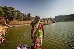 BADAMI: AU LAC ON LAVE (pierre.arnoldi) Tags: inde india karnataka badami photographequébécois pierrearnoldi photoderue portraitdefemme lacdebadami lavoir