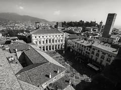 Bergamo (Panasonikon) Tags: panasonikon olympusomdem1 mzuiko918 bw lombardei bergamo bergamocittàalta architektur platz altstadt turm weitwinkel dächer