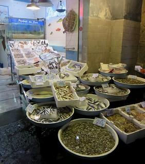 Chez le poissonnier, via dei Tribunali, Naples, Campanie, Italie.