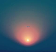 夕陽西下,鐵鳥飛翔。 (CasaDeAM) Tags: