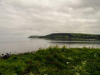 Il mare calmo e il cielo nuvoloso. Carnlough