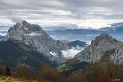 Durangaldeko mendiak (Jabi Artaraz) Tags: jabiartaraz jartaraz zb euskoflickr untzilaitz aiztxiki montaña mendiak durangaldea lainoa niebla