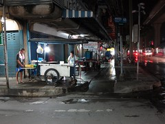 noodle vendor making noodles early in the morning (the foreign photographer - ฝรั่งถ่) Tags: noodle vendor husband making noodles soi saiyud phahoyolthin road bangkhen bangkok thailand canon