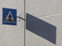 Passaggio pedoni all'incrocio (gaddi_luca) Tags: astratto contrasto pedonale passaggio cartello nero bianco blue incrocio linee