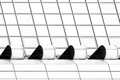 Schlaf-Balkone (tan.ja1212) Tags: frankfurtmain frankfurt fassade facade bürogebäude officebuilding building fenster windows monochrom schwarzweis architektur architecture skyscraper hochhaus