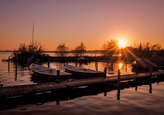 sunset by the lake (claudia.kiel) Tags: deutschland germany de plön plönersee lake see ufer coast lakeside steg jetty boat sonnenuntergang sunset sunsetmood sonnenstrahlen sunbeams