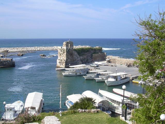 Byblos (Jbail), Hafen mit Resten der Befestigung aus der Kreuzfahrerzeit large image