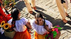 BAILA RIENDO COMO SI NADIE LA  ESTUVIERA VIENDO. (FOTOS PARA PASAR EL RATO) Tags: méxico jóvenes fiesta bailarinas calles bailes mexicanas