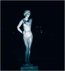 In Wind und Sonne (nori pi) Tags: monochrom frau skulptur standbild akt nackt dunkel nacht gruga essen