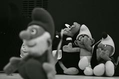 risadinhas (medeirosisabel16) Tags: etec guaratingueta smurf objeto object peb bw branco preto black white school escola aula fotografia desfoque animação desenho