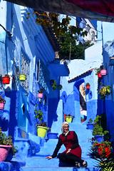 colourful street Morocco_1951 (ichauvel) Tags: portrait portraiture rue street mursbleus bluewalls couleurs colours multicolore femme woman pose exterieur outside chefchaouen chaouen chechaouen rif maroc morocco afriquedunord northafrica magreb voyage travel novembre november automne potsdefleurs flowers décoration