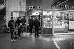 Looking for food. (Landungsbrücken) (Wallywest1968) Tags: landungsbrücken bw olympus penf 2017 people stree hamburg