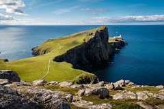 Neist Point Lighthouse (Maximilian Kauß) Tags: 2017 canon eos 650d uk scotland schottland sommer summer schönwetterfotograf efs18135mm stm dslr fotogeilo allesfürdasfoto sky urlaub holiday travel traveling raw reise grosbritannien vereinigtes königreich united kingdom great britain evening abend wolken clouds gutes schlechtes wetter mountain landscape landschaft nature natur see wasser berg f3556 is himmel abhang sea felsen highland highlands hochland von schottisches leuchtturm lighthouse neist point meer coast küste bucht gras