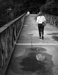 Upside Down (Peter Wayne) Tags: street urbana bn camino puente reflejo zurich suiza nikon d5300
