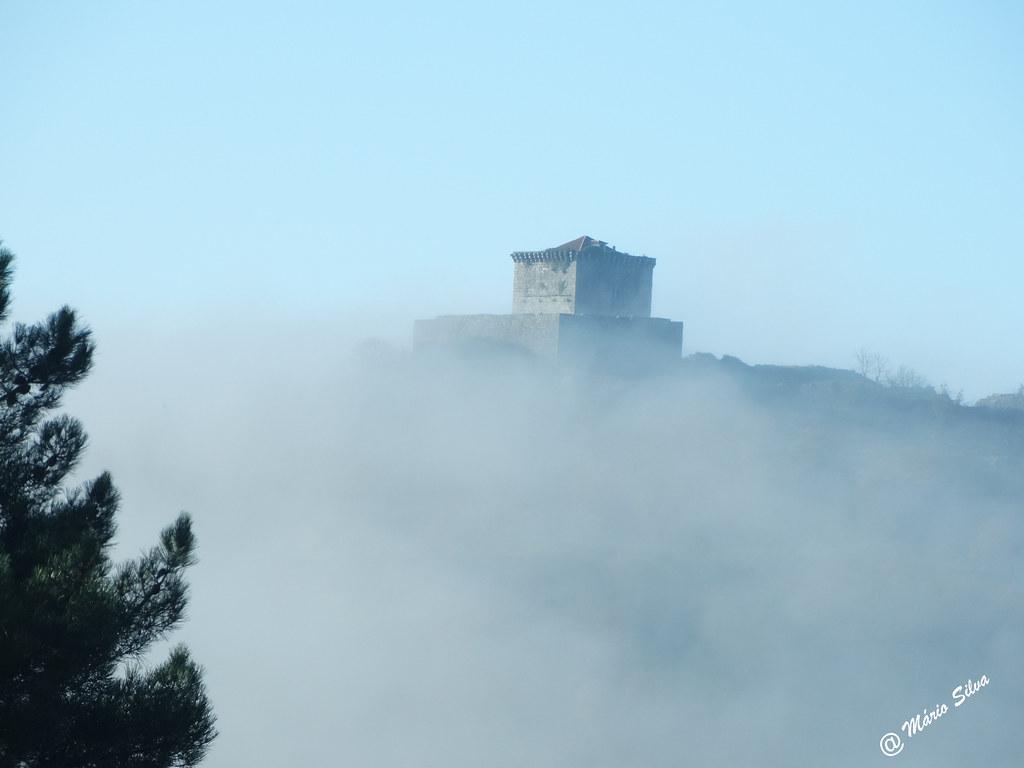 Águas Frias (Chaves) - ... o Castelo de Monforte de Rio Livre por entre a névoa ...