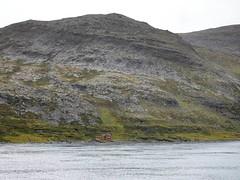 2016-09-02 01 Kreuzfahrt Norwegen, Häuschen vor Honningsvag (kaianderkiste) Tags: norwegen norway häuschen cottage red rot ufer shore felsen berg mountain
