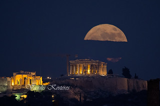 Full Moon rising over the Acropolis of Athens      Ανατολή Πανσελήνου πάνω απο την Ακρόπολη