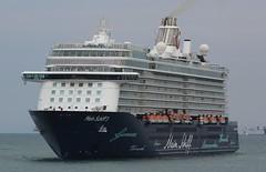 Un visitante inesperado (mabra68) Tags: tui meinschiff3 crucero cruise ship vessel valencia