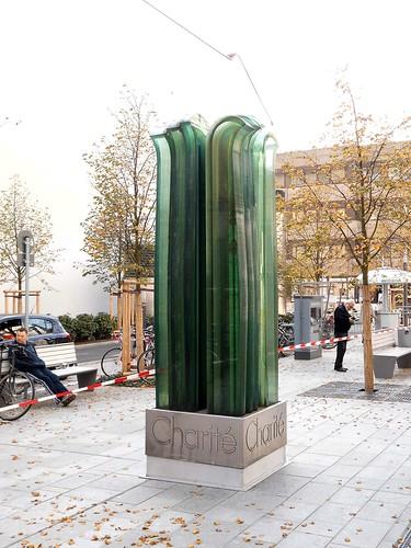 1984 Berlin-O. Genesung unterleuchtete Glasplastik von Reginald Richter Schichtglas Edelstahl vor Charité-Hochhaus Luisenstraße in 10117 Mitte