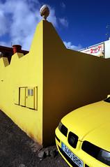 Amarillo / Melyn (Rhisiart Hincks) Tags: yellow buidhe melyn melen hori jaune amarillo buí falla balla wal horma moger wall mur pared fal stěna vägg зид zid siena paret seinä karrtan car càr kotxe auto gwetur voiture fuerteventura islascanarias canaryislands yrynysoedddedwydd puertodelrosario