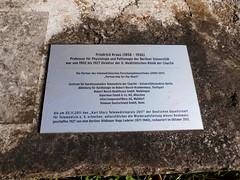 1927 Berlin Tafel am Arzt Friedrich Kraus (1858-1936) von Hugo Lederer Bronze Charité Schumannstraße 20-21 in 10117 Friedrich-Wilhelm-Stadt (Bergfels) Tags: skulpturenführer bergfels 1927 1920er 20jh weimarerrepublik berlin arzt friedrichkraus fkraus kraus geboren1858 geboren1850er geboren19jh gestorben1936 gestorben1930er gestorben20jh hugolederer hlederer lederer bronze charité schumannstrase 10117 friedrichwilhelmstadt mitte skulptur plastik tafel