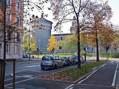 Herbstlich / Autumnal (schreibtnix on 'n off) Tags: reisen travelling italien italy mailand milan castellosforzesco bäume trees schatten shadows mauer wall befestigung fortification herbstlich autumnal olympuse5 schreibtnix
