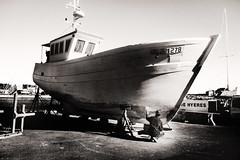 Oh mon bateau (thierry-manach.com) Tags: bateau sépia monochrome noir et blanc black white boat sea mer ocean pécheur homme ancien réparation loup de marin marine