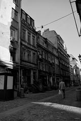 Calles sin nombre (Molten Velvet) Tags: alone old vejez viejo blackandwhite solo nostalgia tristeza sadness nostalgy building house casa edificio roto broken