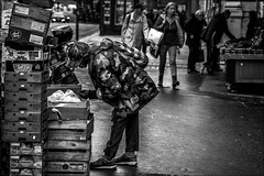 Simplement manger.../Just eat... (vedebe) Tags: humain people noiretblanc netb nb bw monochrome ville street city rue urbain