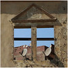 Fenêtre ouverte sur le monde (Pi-F) Tags: fenêtre vitre vide croisée antenne parabole information ruine batiment mur délabré détruit destruction ouverture monde brique
