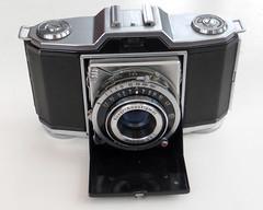Zeiss Ikon Ikonta 35 (pho-Tony) Tags: photosofcameras zeissikonikonta35 zeiss ikon ikonta 35 folder folding 35mm 1940s novar anastigmat novaranastigmat prontor prontors f35 f45cm 45mm 135 viewfinder stuttgart