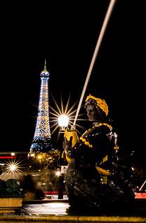 La fontaine des mers et la tour Eifel.
