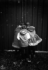 PEQUEÑOS CURIOSOS (oskarRLS) Tags: kids niños enfants bambini curiosita curiosidad curiosité curiosity monocrome monocromo bw blanconegro blackwhite photography street calle