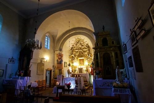 Oświetlony ołtarz główny kościoła św. Mikołaja w Wysocicach