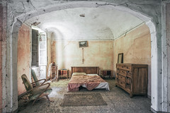 Indiana Jones bedroom (Alexandre Katuszynski) Tags: urbex urbanexploration ue italy abandoneditaly urbexitaly lostplaces light wakeup explorationurbaine abandoned abandonné abandonedhouse decay derelict decayed dust bedroom bed abandonedbedroom verlassen forgotten rotten