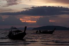 Thai sights (ramosblancor) Tags: naturaleza nature paisaje landscape atardecer sunset playa beach mar sea barcas boats longtail color clouds nubes railay tailandia thailand viajar travel