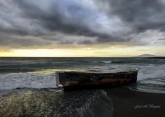 Barca a la deriva / Drifting boat (josemanuelvaquera) Tags: bar temporal boat nubes cielos clouds horizonte amaneceres mar agua sea olas sunrises sombras